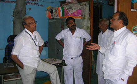 Hon'ble Sharad rao Tasre having discussion with Mr. Pande